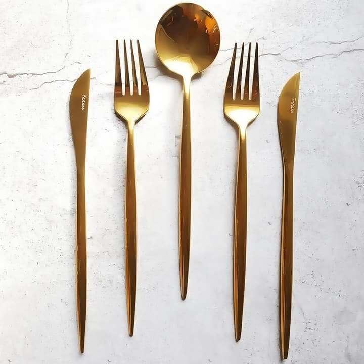 Lifestyle shot of Golden cutlery set_16 piece